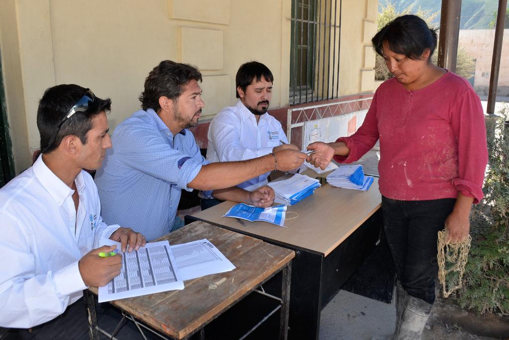 El Secretario de Gobierno Luciano Rivas entregando DNI a pobladores de Volcan